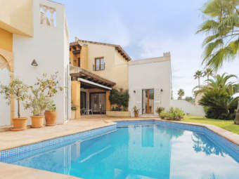 Mediterranean villa with private pool at the golf course and close to the centre