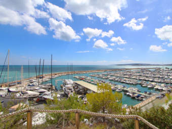 Attractive sea view apartment with a large terrace in a desirable complex